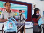 Sejumlah warga menerima bantuan paket sembako dari PGRI Purworejo