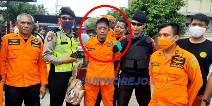 Seorang pria diamanakn petugas karena mengaku sebagai anggota Basarnas (dilinkari merah).