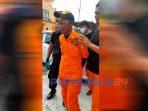 Seorang pria digelandang petugas karena mengaku sebagai anggota Basarnas