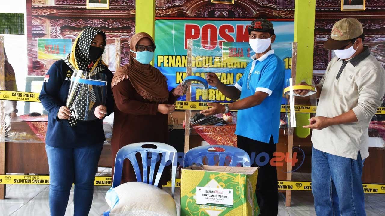 Wabup Yuli Hastuti menyerahkan bantuan dari pengusaha dan IAI