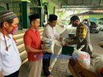 Kapoles Purworejo menyerahkan bantuan kepada pengurus masjid, guru ngaji dan marbot. (6/5/2020)
