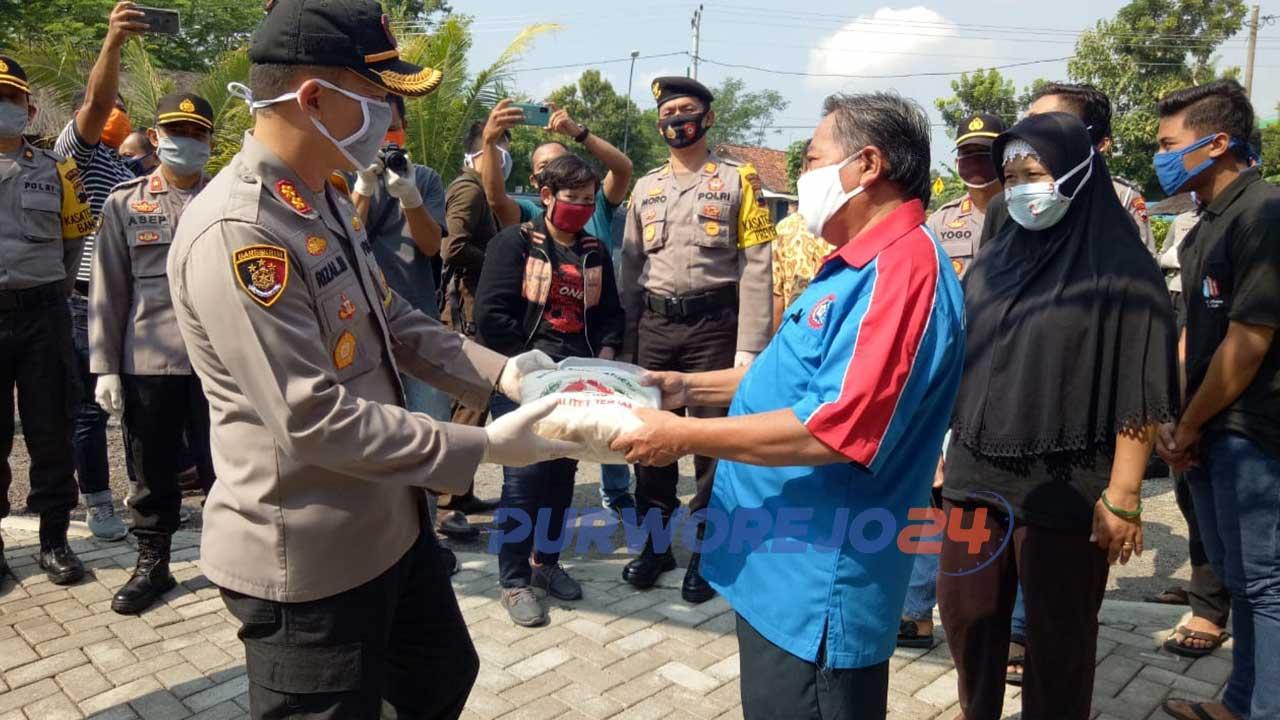Kapolres menyerahkan bantuan paket sembako kepada perwakilan buruh Purworejo