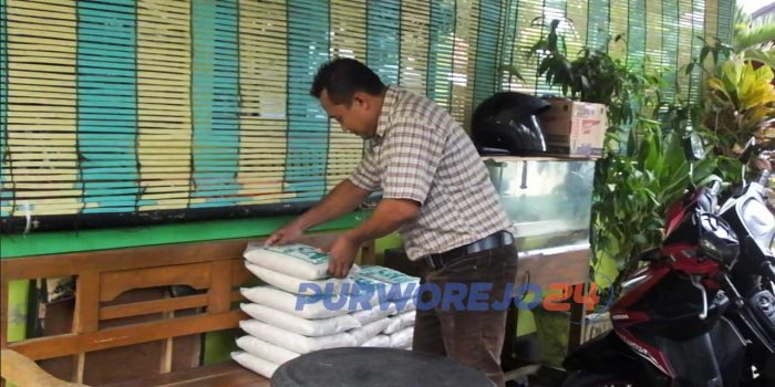 Pedagang beras zakat fitrah melayani jasa antar