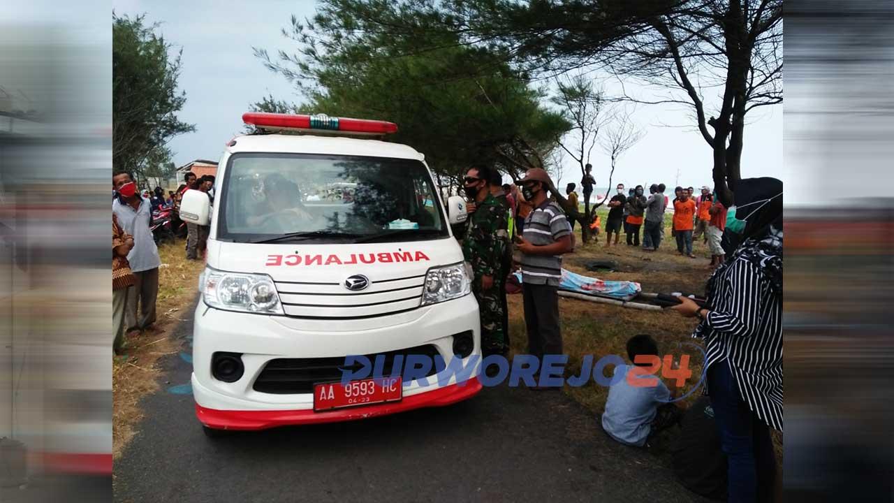 Proses evakuasi nelayan tenggelam di Pantai Genjik, Desa Kertojayan, Kecamatan Grabag, Purworejo
