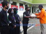 SAR Lintas menyerahkan bantuan beras kepada para petugas cleaning service RSUD Tjitrowardoyo Purworejo.
