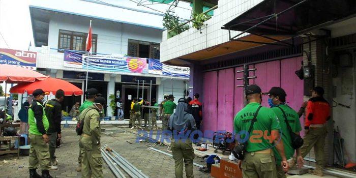 Satpol PP melakukan penutupan akses masuk ke ruko Plasa Purworejo