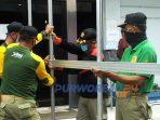 Satpol PP melakukan penutupan atau pemagaran Ruko Plaza Purworejo