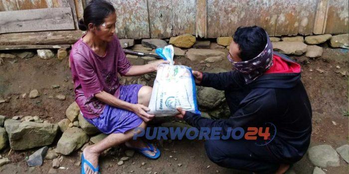 Sekelompok pemuda asal Somongari menyerahkan bantuan paket sembako. (24/5/2020)