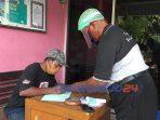 Sorang pemudik saat melapor ke Pos Covid-19 desa Krandegan