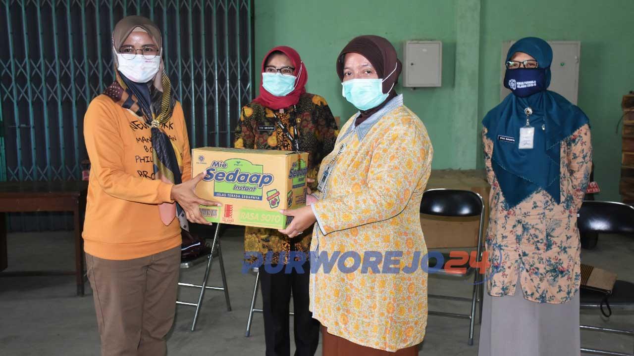 Wakil Bupati Purworejo Yuli Hastuti meneyrahkan bantuan logistik sembako