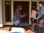 Wakil Bupati Purworejo Yuli Hastuti menyerahkan bantuan ke sejumlah Ponpes di Kecamatan Bagelen