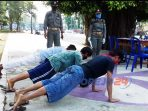 Sejumlah warga terkena sanksi push up akibat terjaring rasia masker oleh tim gabungan yang terdiri atas Satpol PP, Polres Purworejo dan Gugus Tugas Covid-19