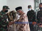 Komandan Kodim 0708 Purworejo, menyerahkan hewan kurban kepada panitia Masjid Agung Darul Mutaqin Purworejo, Kamis (30/07/2020)