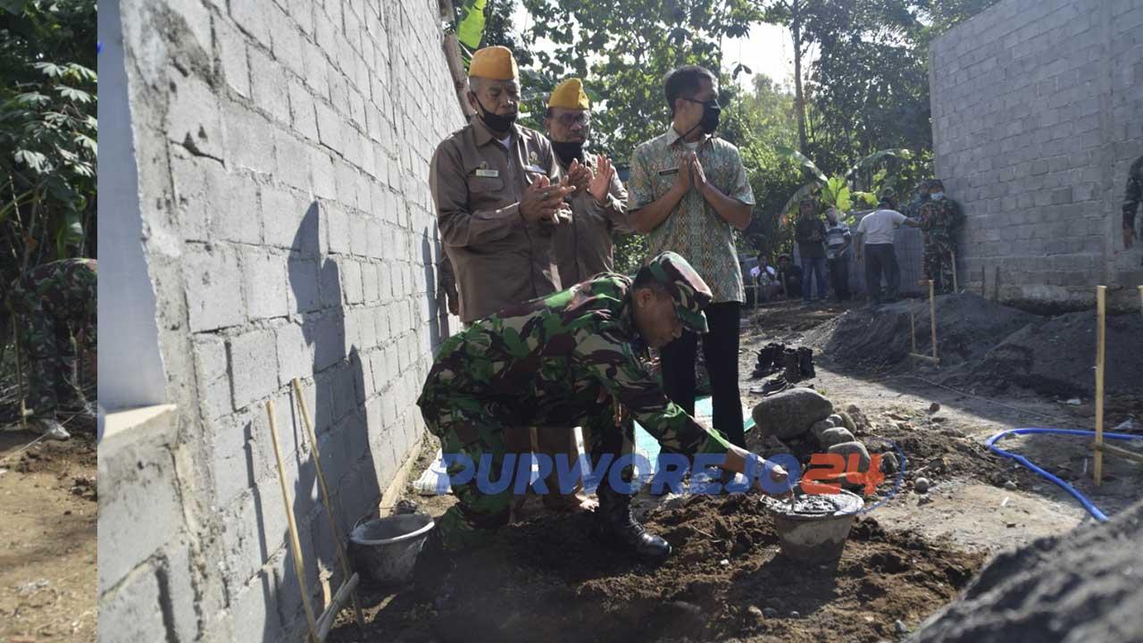 Personel koim 0708 mengglar aksi sosial berupa membangun rumah layak huni kepada salah satu Veteran di Purworejo