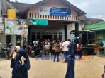 Seratusan warga desa Kedungpoh Kecamatan Loano, Purworejo Jawa Tengah berbondong-bondong mendatangi kantor desa. (3/7/2020)