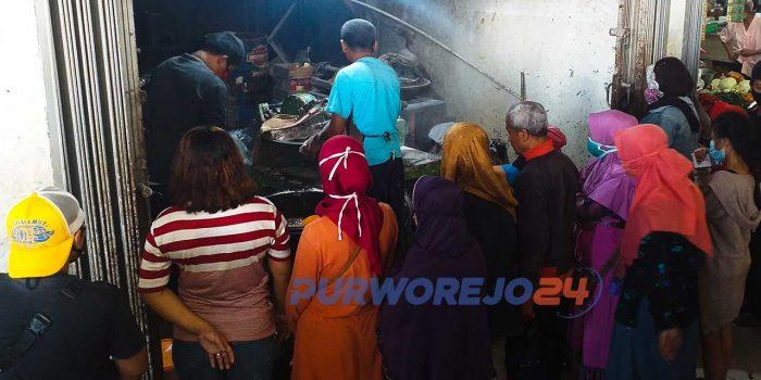 Antrean di penggilingan daging Pasar Baledono