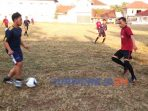 Laga persahabatan sepak bola antara klub Batatama FC Kaliboto dan anggota DPRD Purworejo di Lapangan Kaliboto Kecamatan Bener, Jumat (21/8/2020)