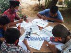Sejumlah siswa memanfaatkan wifi gratis di Desa Krandegan untuk belajar.