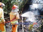 Dua unit mobil pemadam kebakaran mendatangi lokasi kebakaran lahan di Dusun Kendal RT 2 RW 3 Desa Purwodadi.