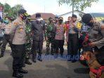 Kapolres Purworejo dan tamu undangan mengecek kesiapan anggota dan sarana prasarana dalam pengamanan Pilkada 2020.
