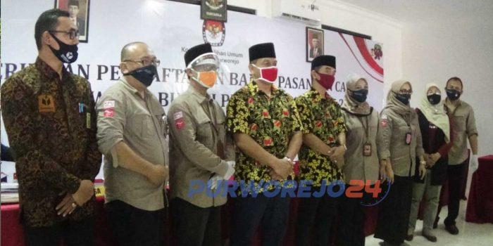 Pasangan Agustinus Susanto - Rahmad Kabuli Jarwinto saat mendaftarkan diri sebagai calon Bupati-Wakil Bupati ke KPU Purworejo