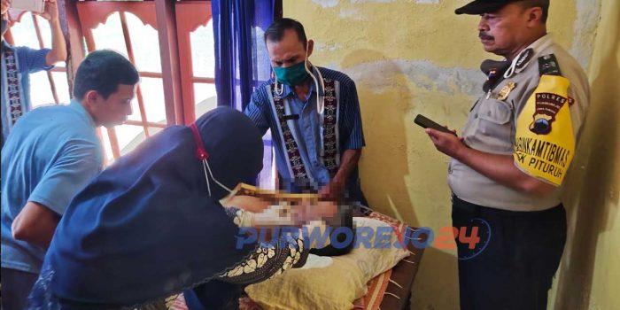 Tim medis dari Puskesmas Pituruh memeriksa kondisi warga yang ditemukan tak bernyawa di kebun.