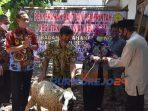 Wakil Bupati Purworejo Yuli Hastuti menyerahkan bantuan kambing.