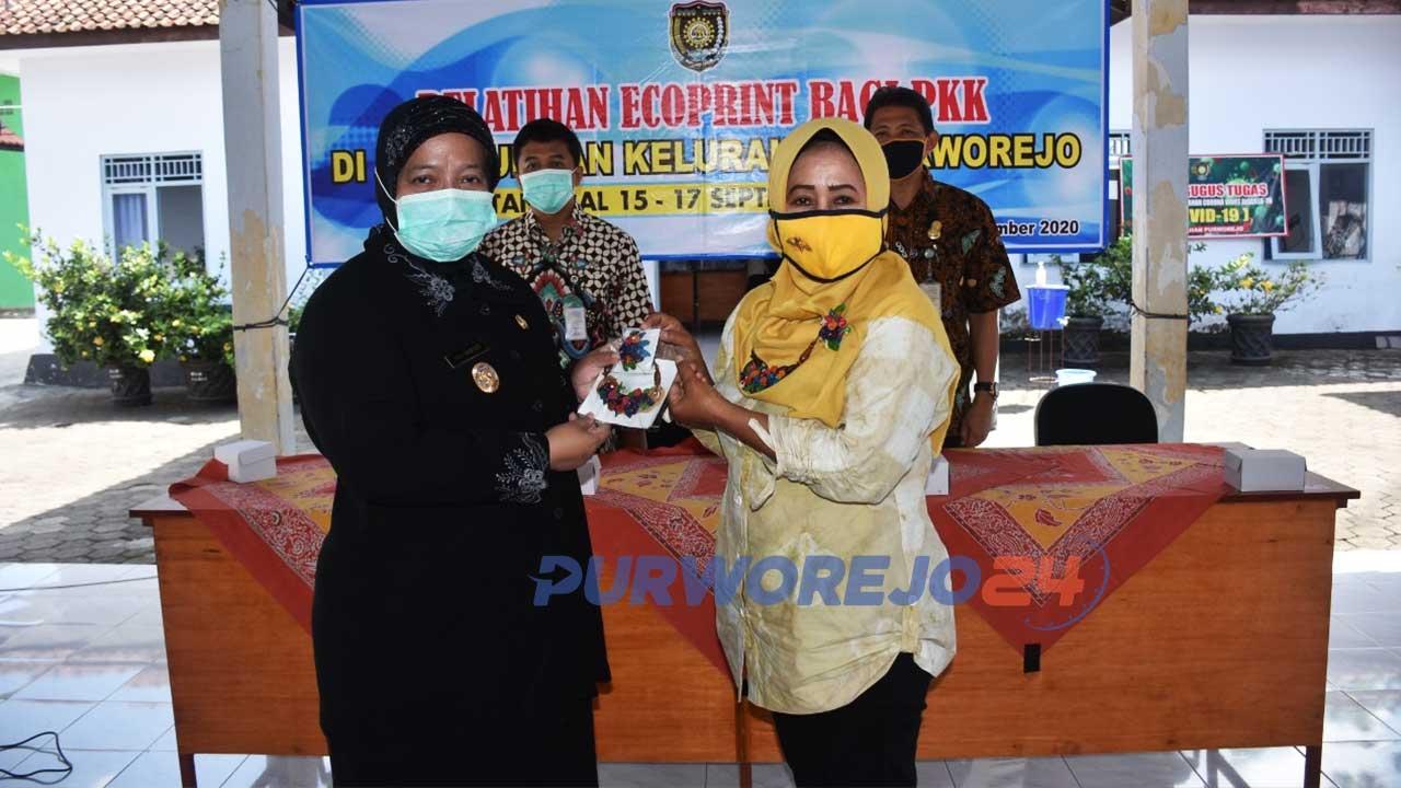 Wakil Bupati Purworejo saa menghadiri ipelatihan batik Ecoprint PKK kelurahan Purworejo.
