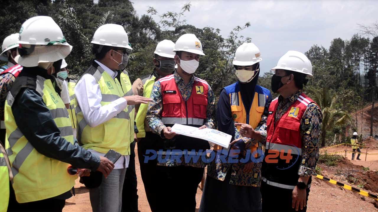 Asisten Deputi 1 Kemenko Maritim dan Investasi, Dr. Eng. IR. Rahmat Hidayat saat berkunjung di lokasi pembangunan Bendungan Bener, pada Rabu (14/10/2020).
