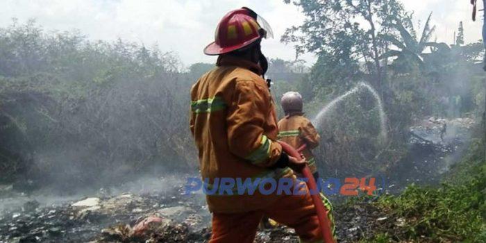 Petugas Damkar Purworejo beruisaha mengendalikan api di Desa Bayan Kecamatan Bayan, Purworejo,(2/10/2020)
