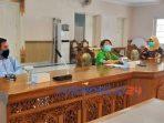 Pjs Bupati Yuni Astuti saa berdialog dengan sejumlah wartawan di ruang Arahiwang Kompleks KantorSetda Purworejo
