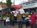 Puluhan Pendukung Paslon No Urut 1 melakukan aksi protes dengan membawa keranda mayat ke Kantor Bawaslu Purworejo, Rabu (28/10/2020).