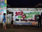 """Spanduk bertuliskan """"Stop Demo Anarkis, Kita Cinta Damai, Sing Penting Makarya"""" yang gegerkan warga"""