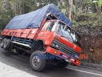 Truk terperosok menutup jalan di Dusun Silendung Desa Penungkulan Kecamatan Gebang, Purworejo. (5/10/2020)
