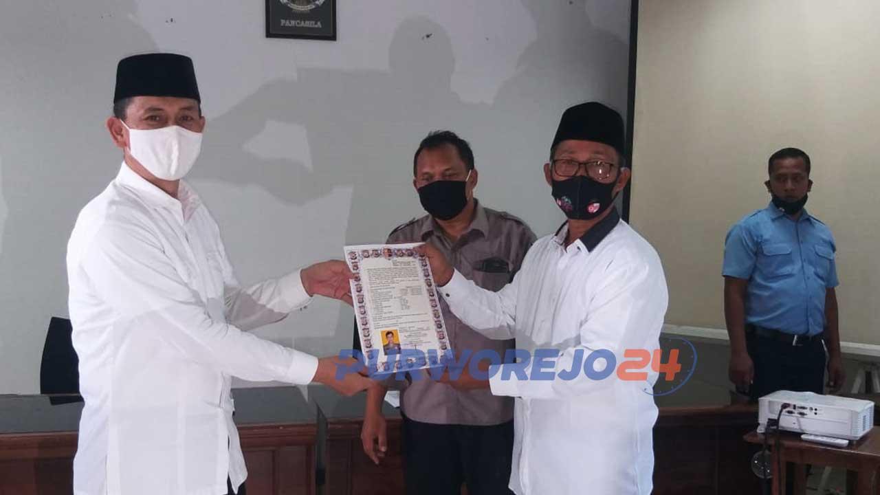 Calon Bupati Purworejo Kuswanto menyerahkan Salinan SK Pensiun kepada Ketua KPU Purworejo, Dulrokhim.