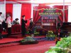 Dalam suasana pandemi, Universitas Muhammadiyah Purworejo menggelar wisuda secara drive thru