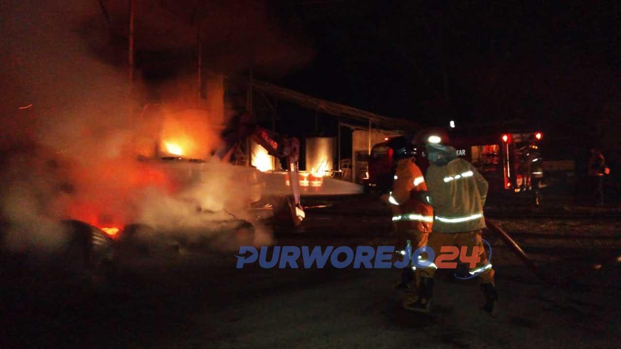 Petugas Damkar Purworejo memadamkan api di Kantor PT Tawakal Tsani Makmur, jalan Purworejo-Yogyakarta KM 5, Banyuurip Purworejo.