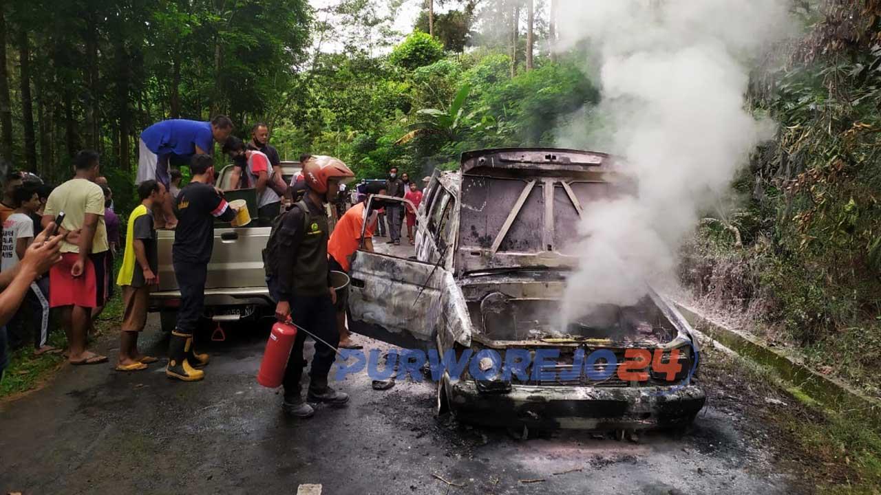 Petugas Damkar berusaha memadamkan api yangmembakar mobil Phanter di Desa Tlogoguwo Kecamatan Kaligesing, Purworejo