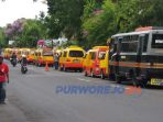 Puluhan sopir Angkot jalur A datangi Gedung DPRD Purworejo. (11/11/2020)