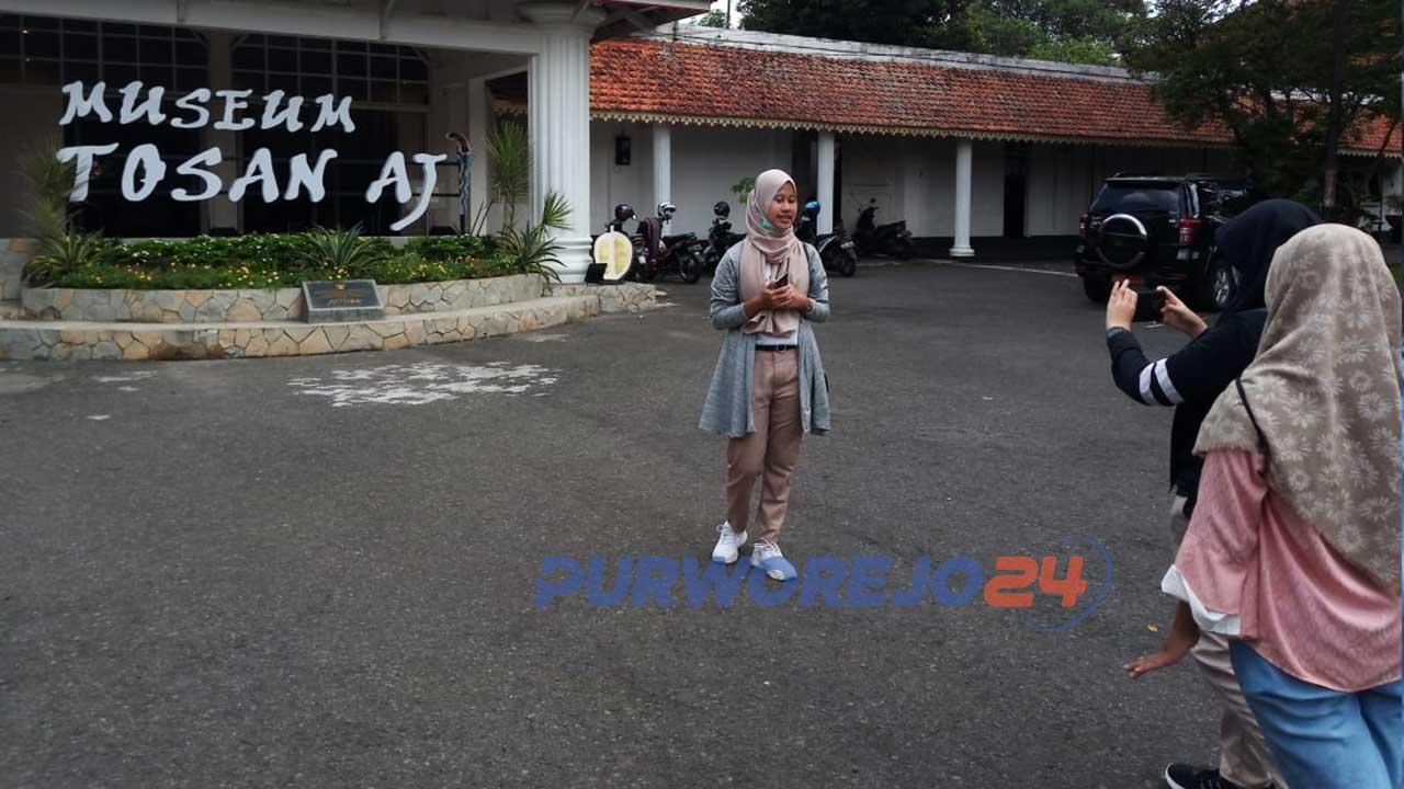 Sejumlah pelajar tampak memproduksi vlog di Museum Tosan Aji Purworejo untuk diikutkan dalam Lomba Vlog yang digelar Dinparbud Purworejo,