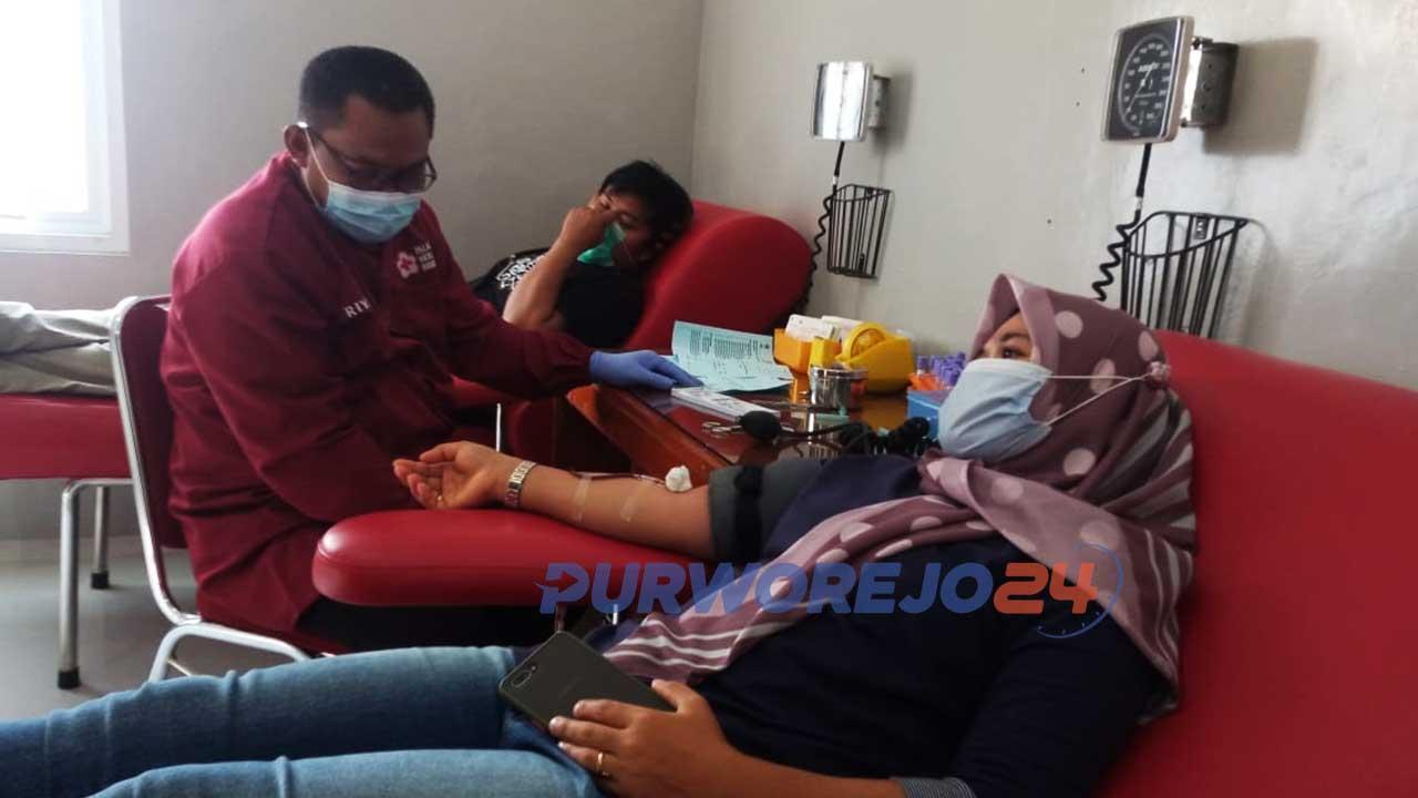 Seorang pendonor sedang melakukan donor darah di kantor PMI