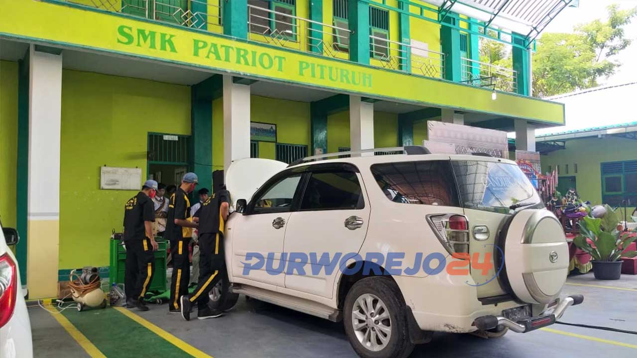 Siswa SMK Patriot Pituruh memberikan layanan servis mobil.