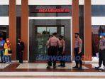 Pengamanan polisi saat sejumlah elemen LSM mendatangi kantor Kejaksaan Negeri Purworejo, (4/12/2020)