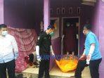 Polisi mengevakusi jenazah Sudarti dari kamar kos di Kelurahan Kledung Kradenan, Banyuurip