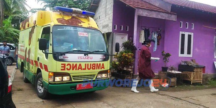 Proses evakusi jenazah Sudarti dari kamar kos di Kelurahan Kledung Kradenan, Banyuurip