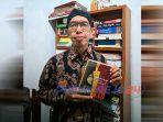 Sastrawan Dr. Junaedi Setiyono MPd menunjukkan karyanya, Novel Tembang dan Perang.