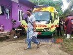 Seorang petugas membaw barang bukti dari lokasi penemuan mayat di Kelurahan Kledung Kradenan, Kecamatan Banyuurip, Purworejo