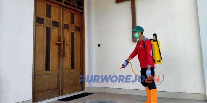 Seorang relawan PMI Puworjeo melakukan penyemprotan di rumah ibadah jelang perayaan Natal.