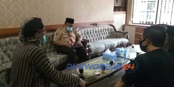 Komunitas Masyarakat Peduli Purworejo menyerahkan surat petisi ke Bupati Purworejo