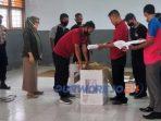 Petugas KPU disaksikan sejumlah saksi dari Bawaslu, Kepolisian, dan ketiga Tim Paslon membuka Kotak Suara Hasil Pemilihan Bupati-Wakil Bupati 2020.